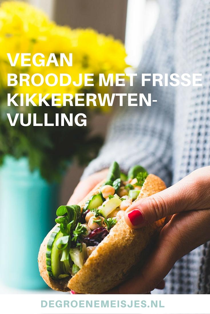 Broodje gevuld met frisse kikkererwten salade. Lees het recept op de blog
