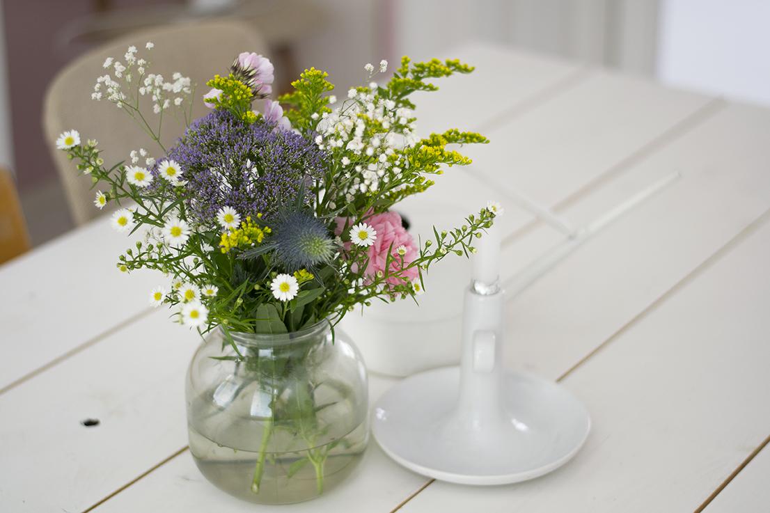 Geplukte bloemen op tafel crop