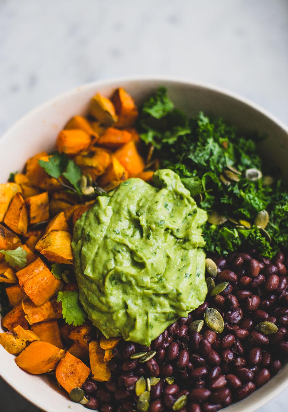 Mexicaanse boerenkoolsalade | De Groene Meisjes. Super creamy en gezond!