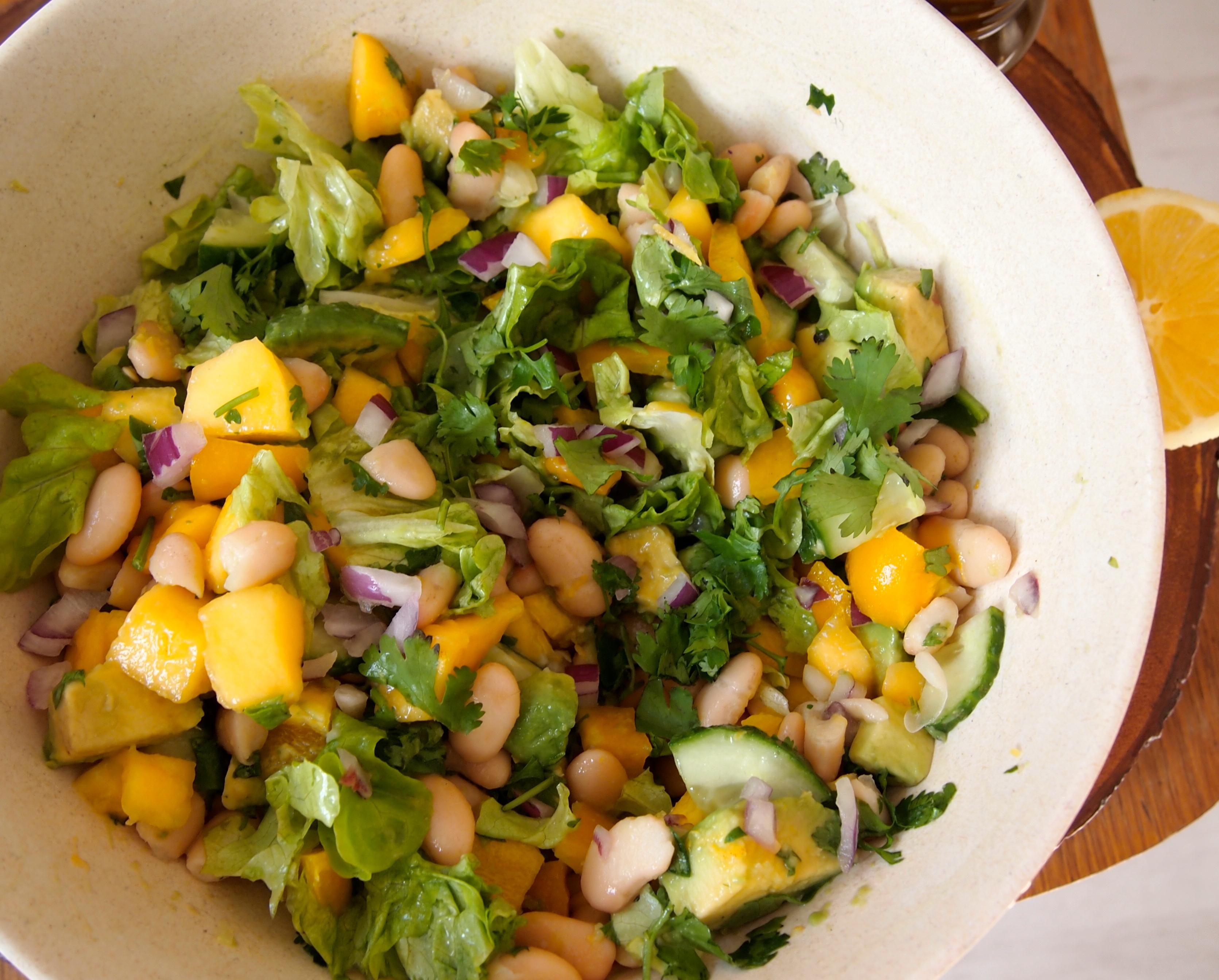 Recept: zomerse salade met mango, avocado en bonen | De ...