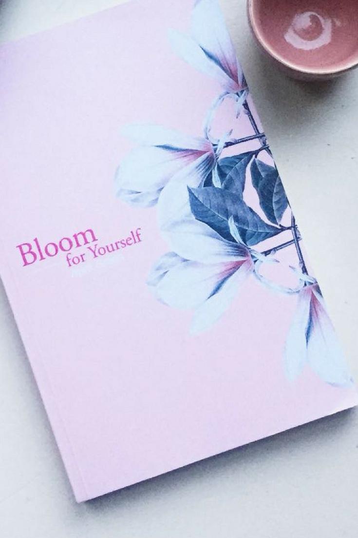 Bloom for yourself van April Green. Het is poetic writing, zo staat voorin het boek. Ik zou het omschrijven als buitengewoon mooie overdenkingen over lief zijn voor jezelf.  Ik ben niet de grootste poëzie fan, maar dit boek raakte mij. #lezen #boeken #boekenclub #poëzie