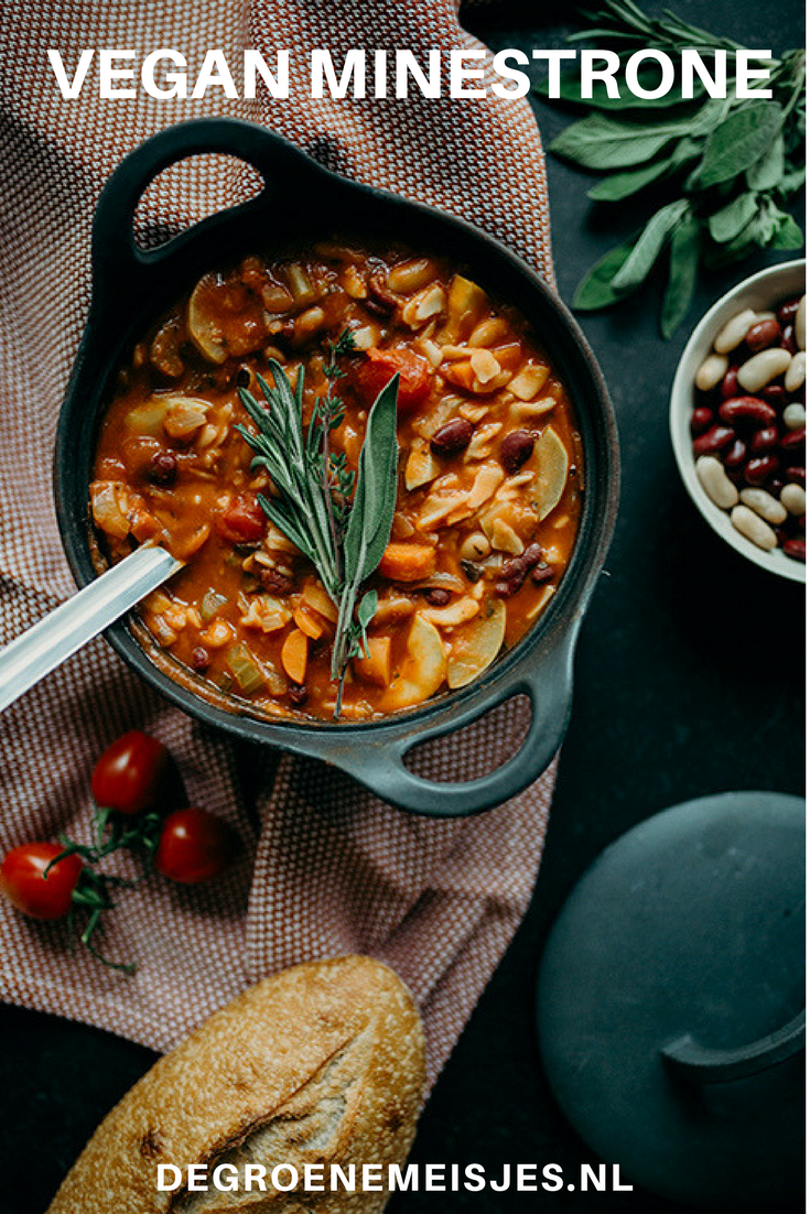 recept voor vegan minestrone soep. Perfect voor koude dagen. Met o.a. pasta, courgette, passata, wortels, bonen en meer. #soep #minestronesoup #vegan #veganfood #veganrecipes