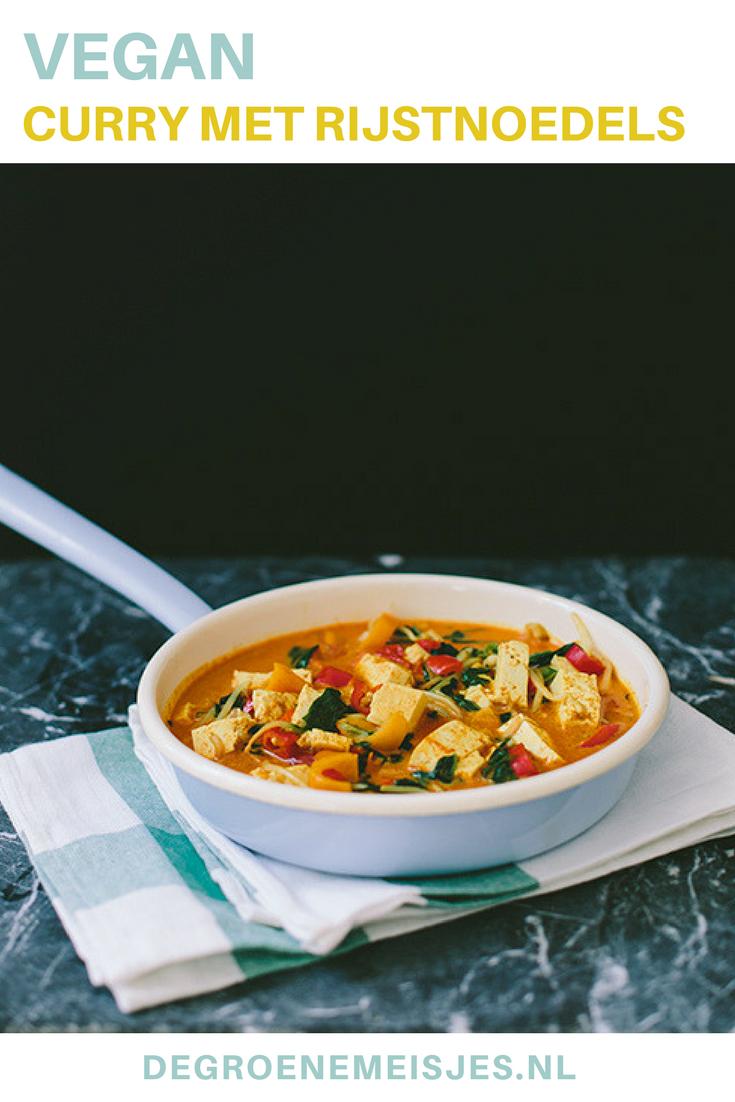 Makkelijk en gezond recept voor goed gevulde curry. Deze maakte ik met o.a. gele currypasta, rode peper, sherrytomaatjes, blad spinazie, paprika, taugé, rijstnoedels Echte comfort food en ook nog eens vegan en fair trade. #curry #veganfood #fairtraide #comfortfood