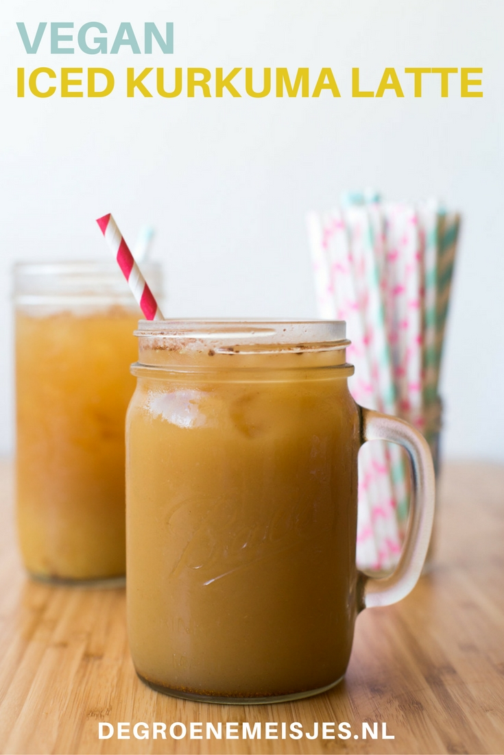Maak deze iced kurkuma latte met thee, gemalen kardemom, gember en kaneel, kurkuma en kokosmelk. Ga naar de blog voor het recept.