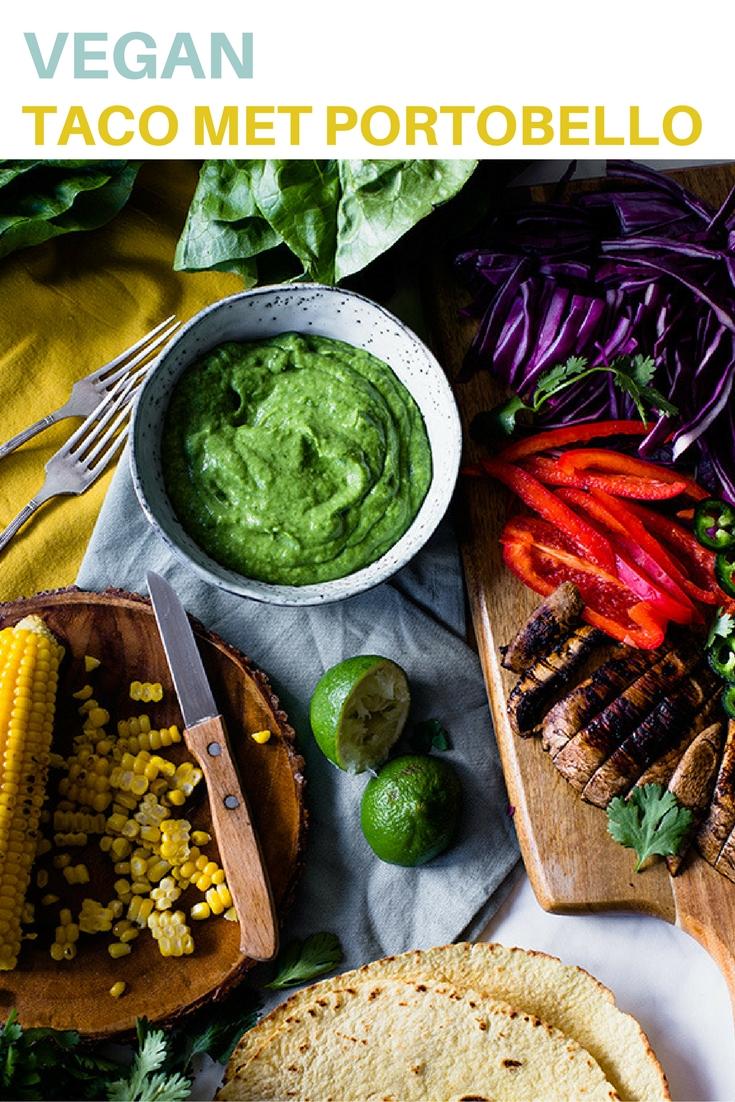 Vegan mais taco met gegrilde portobello, groenten en avocado.
