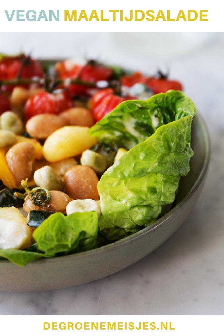 Vegan recept lauwwarme maaltijdsalade van gnocchi, bonen en groenten uit de oven. Makkelijk, snel en gezond met o.a. courgette, paprika, tomaat, munt, amandelen, citroen #maaltijdsalade #vegan #veganistisch
