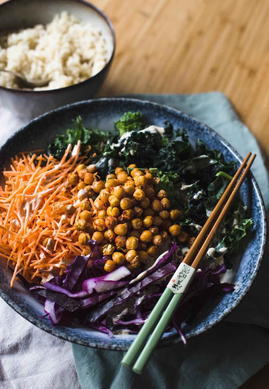 Maak deze gezonde maaltijdsalade met een tahin (sesampasta) dressing, boerenkool en geroosterde kikkererwten. Lees het recept op de blog.