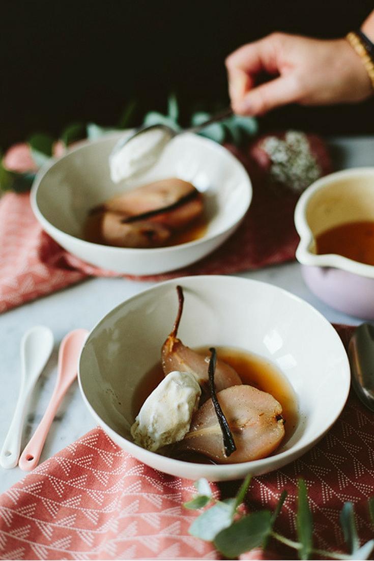 stoofpeertjes - maar dan net even anders dan je gewend bent. Met jasmijnthee, dessertwijn en vanille! Maar een paar ingrediënten en verder draait het er vooral om om de peren goed te tijd te geven deze smaken tot zich te nemen. Stoofperen maken is echt ontzettend eenvoudig - en toch ook wel een beetje een basisgerecht dat je minstens één keer moet hebben gemaakt deze winter.