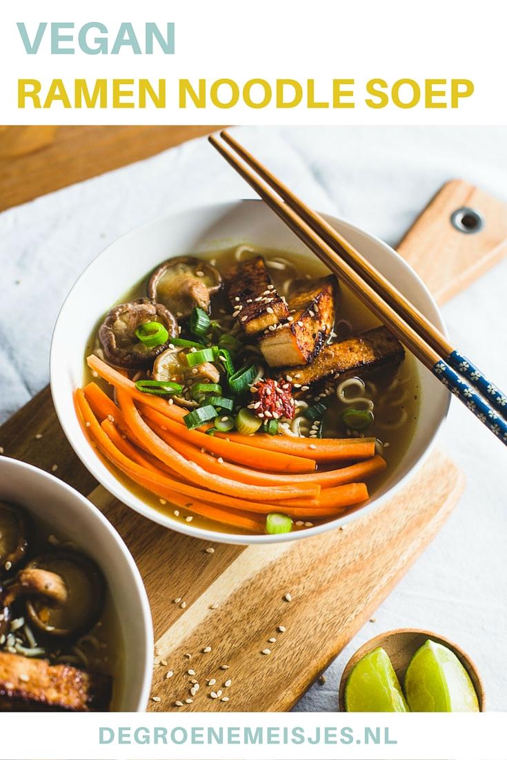 Ramen is een Japanse noedelsoep en wordt vaak gemaakt op basis van een bouillon van vis of vlees. Ik gebruikte tedroogde shii-take, wortel, bosuitjes en gebakken tofu. Het leuke van deze soep is dat je alles erop kan doen wat je maar lekker vindt! Wat dacht je van krokante tempeh, paprika reepjes, taugé of in knoflook gebakken spinazie?